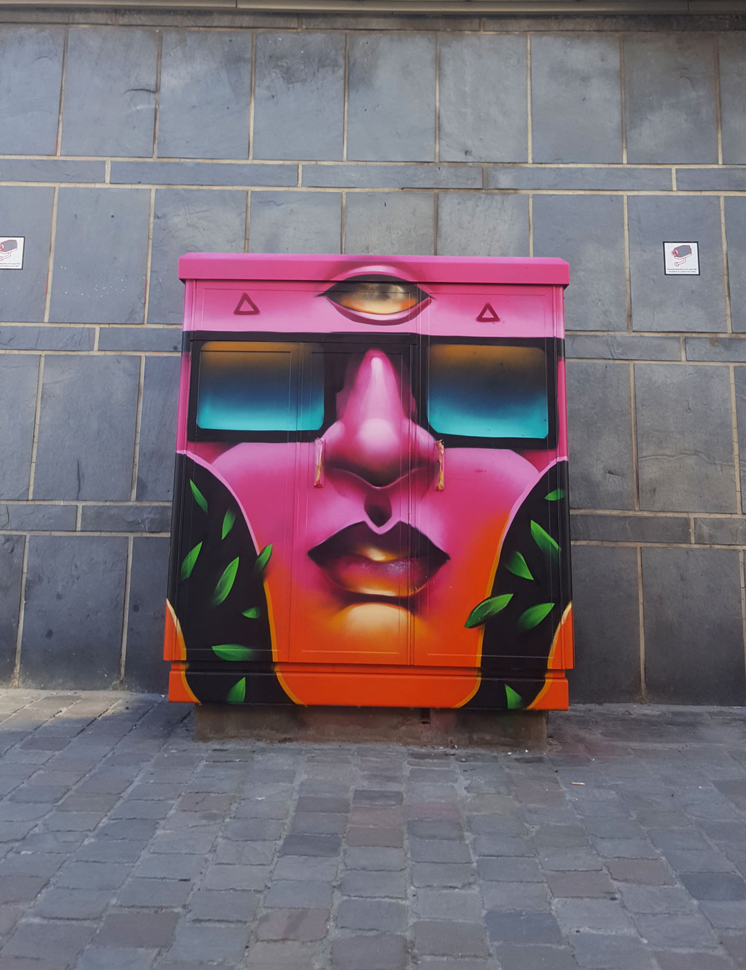 https://www.propaganza.be/wp-content/uploads/2020/02/Customisation-de-mobilier-urbain-_-artiste-DAKE-_-Ixelles-3-copie.jpg